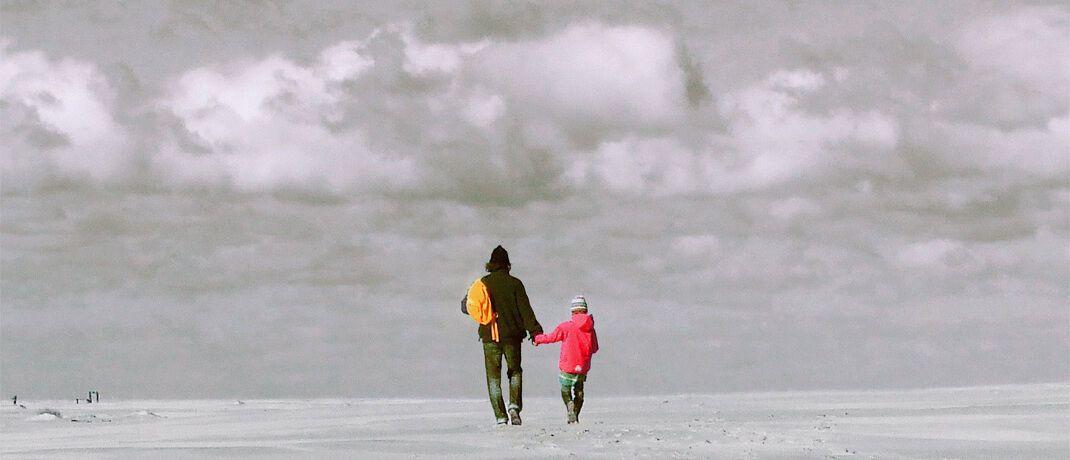 Vater und Kind am Strand: Aus Erbschaften steht Kindern regelmäßig ein Pflichtteil zu.