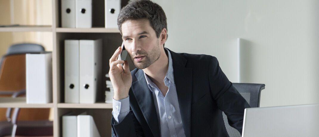 Telefongespräch mit Kunden: Mit Inkrafttreten der neuen FinVermV müssen auch Gewerbeordnungsvermittler ihre Kommunikation aufzeichnen.|© imago images / PhotoAlto