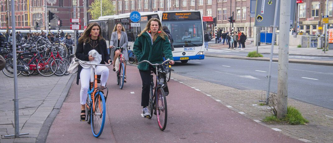 Fahrradfahrerinnen in Amsterdam: Auch Fahrräder gibt es in vielen Städten mittlerweile im Abo.