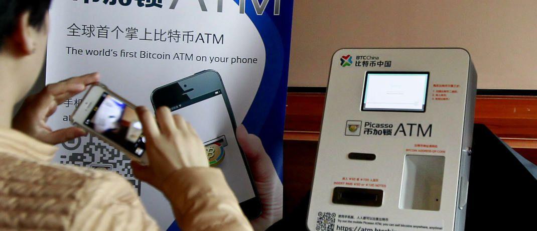 Bitcoin-Automat in Shanghai: Ein FDP-Abgeordneter wollte jetzt wissen, wie viele solcher Automaten es in Deutschland gibt.|© imago images / Xinhua / Ding Ting