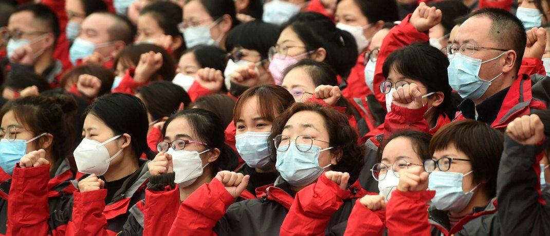 Medizinisches Personal vor der Abreise in die am stärksten vom Coronavirus betroffene Provinz Hubei: Langfristig werden andere Entwicklungen die Märkte beeinflussen, sagt Vermögensverwalter Jürgen Brückner. |© imago images / Xinhua