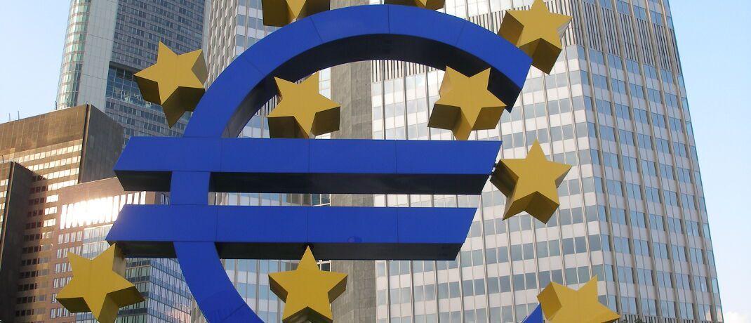 Euro-Symbol in Frankfurt: Die Niedrigzinspolitik der Europäische Zentralbank (EZB) bewirkt, dass sehr sicherheitsorientierte Kapitalanlagen mit Garantien eine immer niedrigere Rendite aufweisen.|© SarahC. / <a href='http://www.pixelio.de/' target='_blank'>pixelio.de</a>