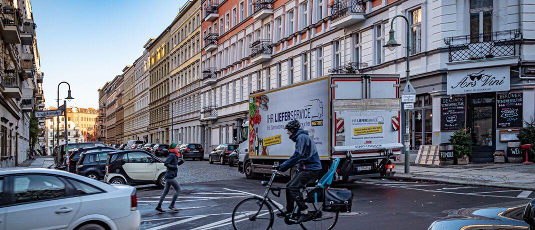 Straßenszene in Berlin: In der deutschen Hauptstadt friert der Gesetzgeber die Mieten ein.