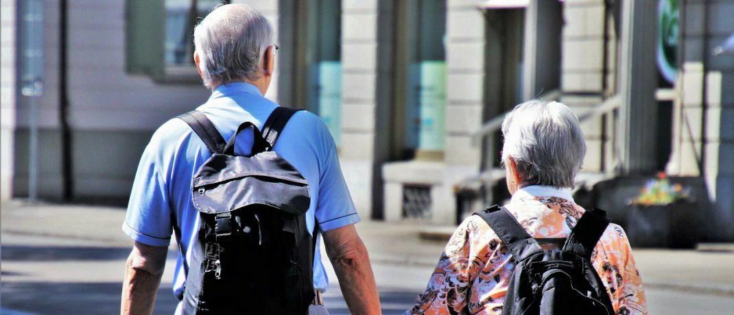 Rentner beim Spaziergang: Betriebsrentner müssen wohl länger auf die versprochene Entlastung bei den GKV-Beiträgen warten.|© Pixabay