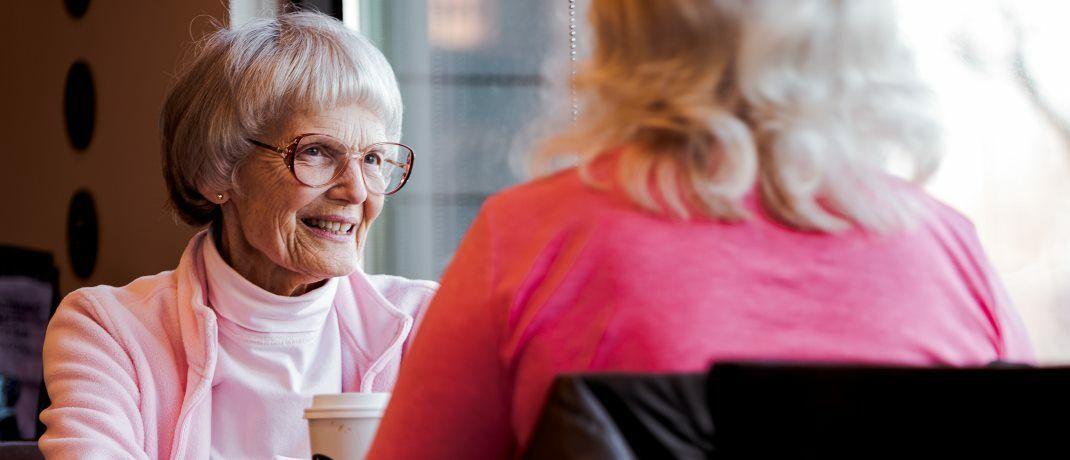 Seniorinnen im Café: Franz Ruland, ehemaliger Vorsitzender des Sozialbeirats der Bundesregierung wettert gegen die Grundrente.|© Pexels