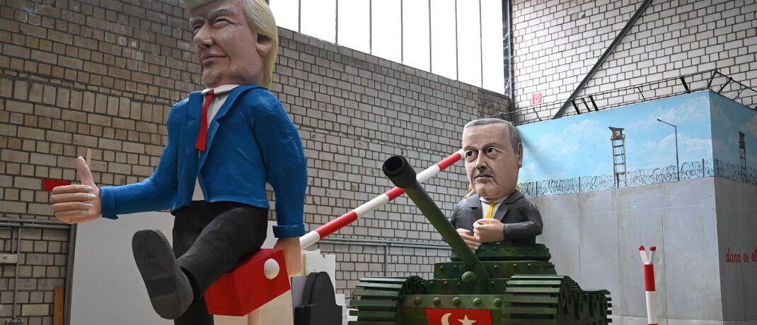 Ein Motivwagen wartet auf seinen Einsatz im Kölner Karneval: US-Präsident Trump und sein türkischer Amtskollege Erdogan sorgen aktuell für geopolitische Risiken.