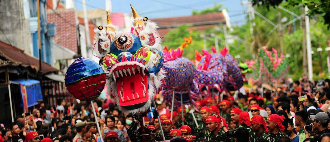 Parade bei Festival in Indonesien: Anleger sollten den Fokus nicht auf einzelne Regionen wie etwa die Schwellenländer legen, sagen Philipp Vorndran und Thomas Lehr von Flossbach von Storch.|© imago images / Xinhua