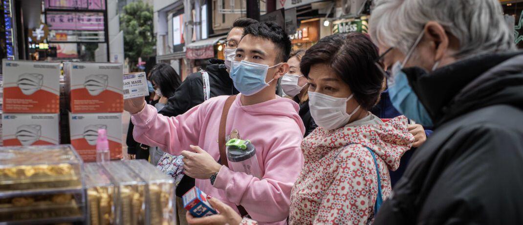 Konsumenten in Hongkong kaufen zusätzliche Atemmasken: Die geschwächte Weltwirtschaft kann dem Goldpreis weiteren Auftrieb verleihen. © Imago Images