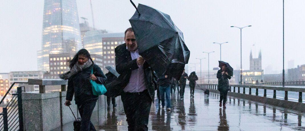 Passanten in London: Katastrophenanleihen sollen auch Unwetterschäden absichern.|© imago images / ZUMA Press