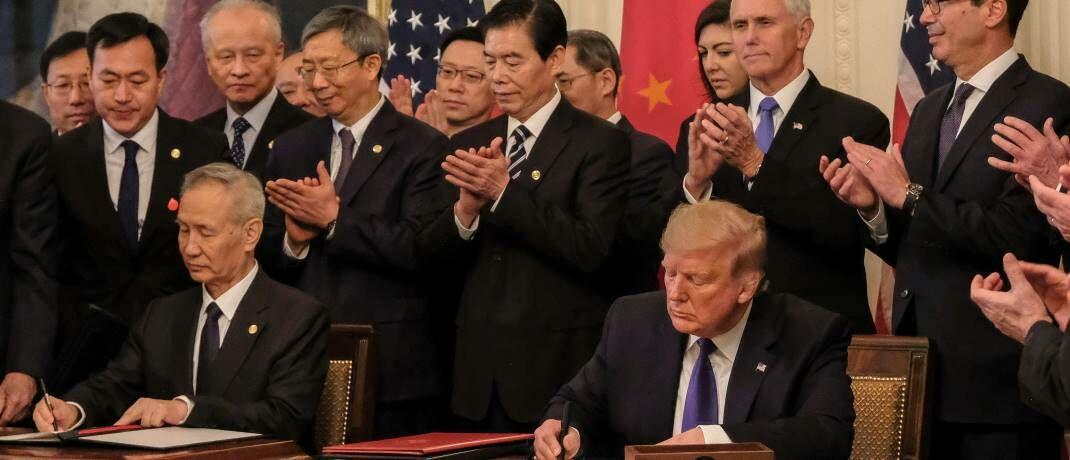 Unterschrift unter den Phase-1-Deal: Xi Jinping braucht ein prosperierendes China, um den sozialen Frieden zu wahren, Trump braucht Wachstum und Jobs, um wiedergewählt zu werden. © imago images / ZUMA Press