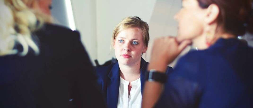 Beraterin im Kundengespräch: Die Finanz- und Versicherungsdienstleister bauen seit 2017 Arbeitsplätze ab.|© Pexels