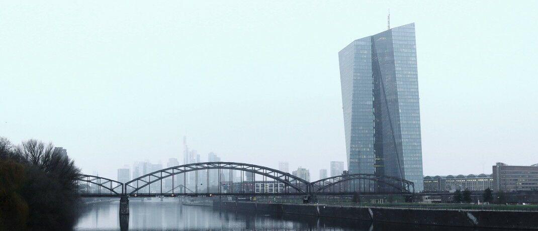 Das EZB-Gebäude in Frankfurt: Die Partner zweier EZB-Direktoren sollen auf Notenbank-Kosten auf Dienstreisen mitgeflogen haben. © imago images
