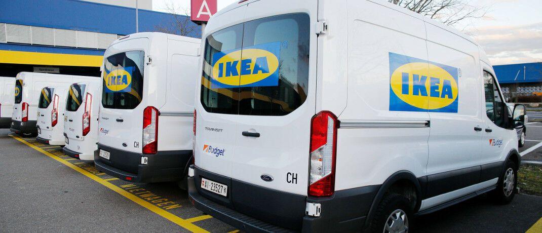 Vor einer Ikea-Filiale in der Schweiz: Das Möbelhaus bietet nun auch Sachversicherungen an.|© imago images / Geisser