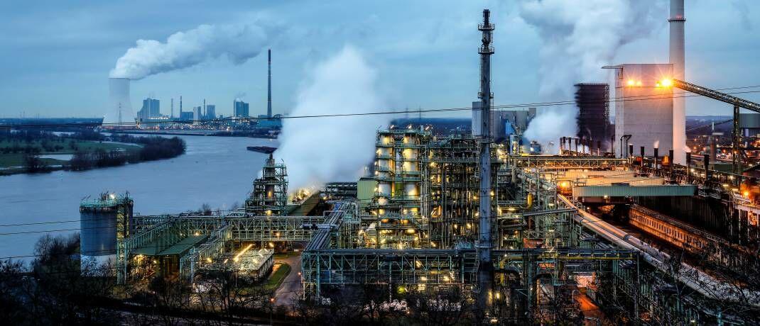 Industriebetriebe am Rhein: Anleger sollten sich auf Unternehmen konzentrieren, die ihre Vorgaben zur Reduzierung von Emissionen ernsthaft verfolgen und messbare Fortschritte machen, um formulierte Ziele zu erreichen.|© imago images / Rupert Oberhäuser