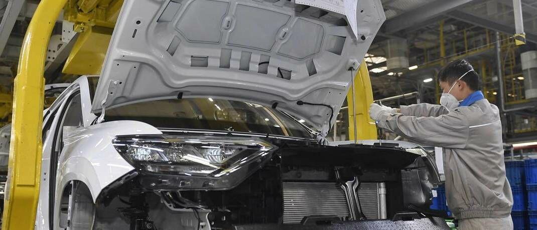 Arbeiter in Volkswagen-Werk in Chengdu: Unternehmen in China nehmen ihre Produktion langsam wieder auf, die Sorge um die Weltwirtschaft aber bleibt, analysieren die Investmenttalker von Eyb & Wallwitz.|© imago images / Xinhua