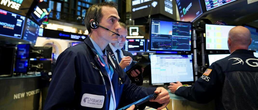 Börsenhändler in New York: Die Performance des nur aus 30 Aktien bestehenden deutschen Aktienindex Dax liegt weit hinter dem US-Aktienindex S&P 500 zurück.|© imago images / Xinhua