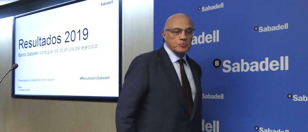 Josep Oliu, Präsident bei der spanischen Banco Sabadell, auf einer Pressekonferenz: Das Unternehmen verkaufte ihre Investmenttochter an Amundi.|© imago images / Agencia EFE / Javier Lizón