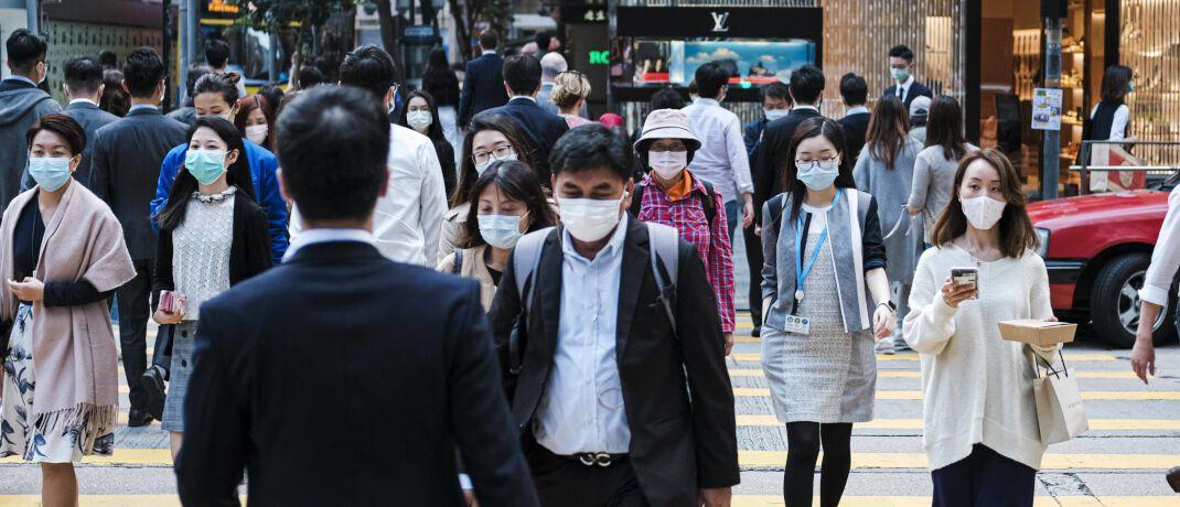Passanten mit Atemmaske in Hongkong: Der Corona-Virus bremst die Weltwirtschaft aus. |© Imago Images