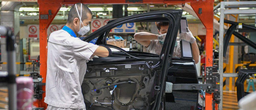 Arbeiter montieren Audi-Fahrzeuge in Changchun im Nordosten Chinas: Marc Friedrich und Matthias Weik glauben, dass insbesondere die Autoindustrie von den Folgen des Coronavirus betroffen ist. |© imago images / Xinhua