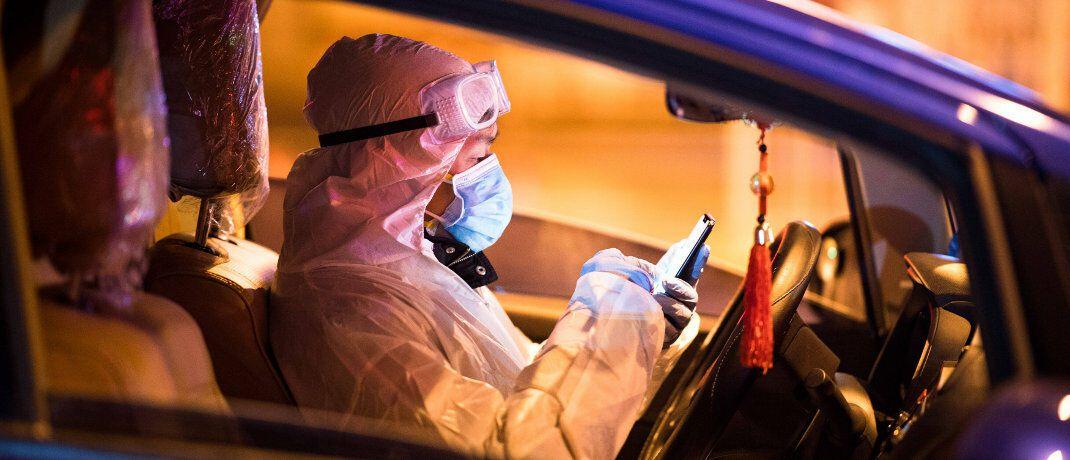 Helfer in der vom Virus stark betroffenen chinesischen Stadt Wuhan: Hersteller von Schutzkleidung und Atemmasken profitieren von der gestiegenen Nachfrage.|© imago images / Xinhua