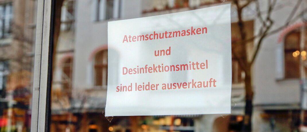 Aushang an Apotheke in Berlin: Schutzmasken und Desinfektionsmittel sind in Deutschland in vielen Geschäften ausverkauft.|© imago images / Reiner Zensen