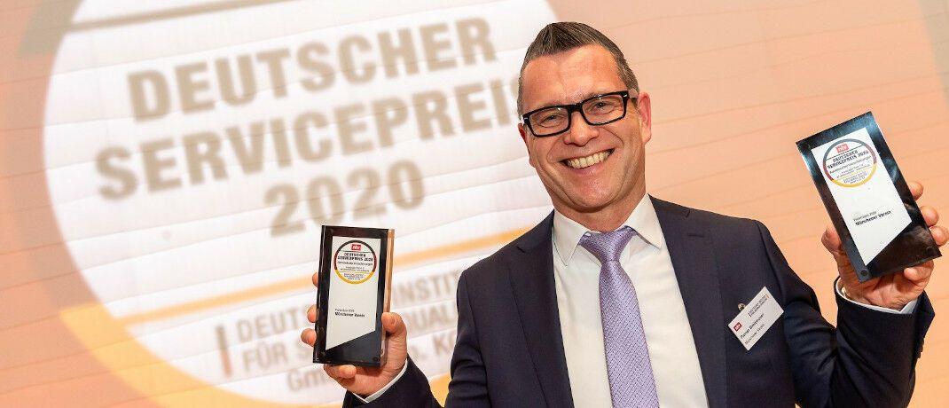 Rainer Breitmoser von der Münchener Verein Versicherungsgruppe feiert einen Doppelsieg: Die Verleihung Deutschen Servicepreises 2020 fand Ende voriger Woche in der Bertelsmann-Repräsentanz in Berlin statt. © Thomas Ecke / DISQ / n-tv