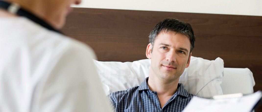 Mann im Krankenhaus: Privat Krankenversicherte können hohe Rückzahlung geltend machen, wenn ihr Anbieter seine Beiträge erhöht, ohne dies seinen Kunden konkret zu begründen.|© obs/Kraus Ghendler Ruvinskij/OceanProd - stock.adobe.com / Fotograf: OceanProd