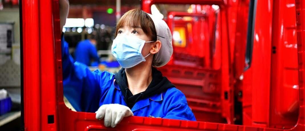 Arbeiterin in einer Lkw-Fabrik im Nordwesten Chinas: Der Einkaufsmanagerindex des produzierenden Gewerbes ist im Februar auf den niedrigsten je gemessenen Stand gefallen.|© imago images / Xinhua