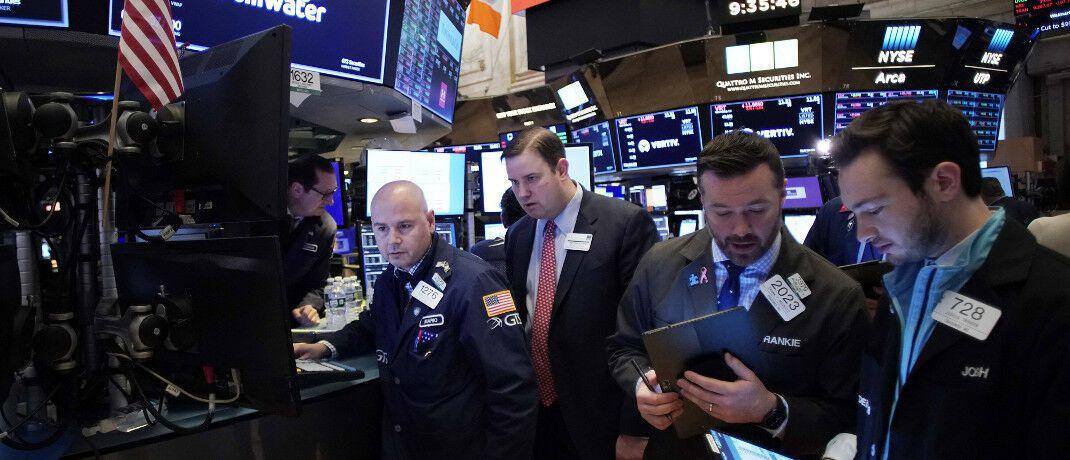 Händler an der New Yorker Börse in der vergangenen Woche: Die Angst vor den wirtschaftlichen Folgen des Coronavirus lässt die Aktienkurse nachgeben. © imago images / UPI Photo