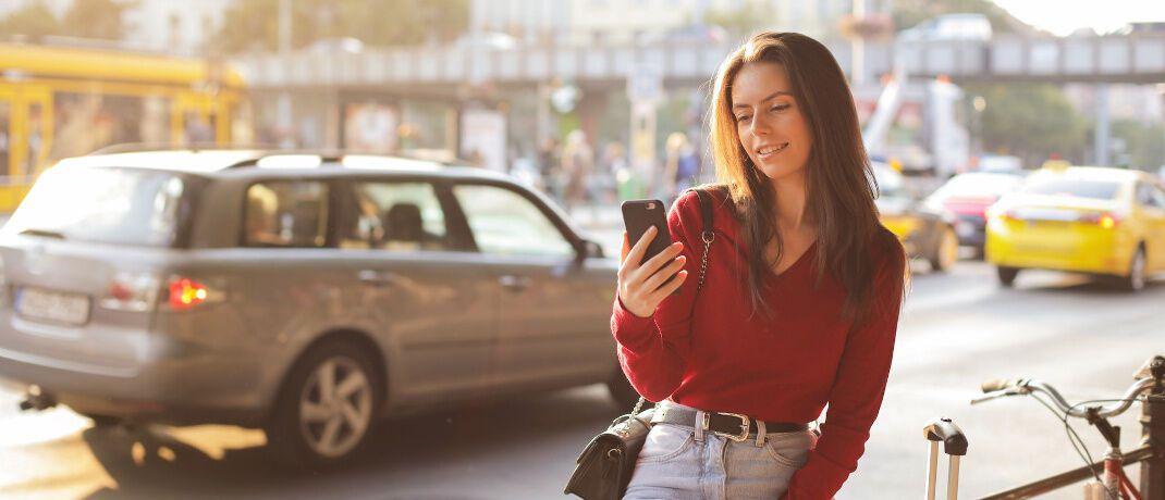 Vertragsabschluss und -wechsel per Smartphone: Auch beim Online-Vertrieb von Kfz-Policen ist lediglich die Textform erforderlich. Eine Pflicht zum Nutzen vorgefertigter Formulare ist unwirksam.