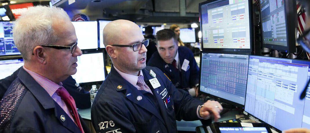 Aktienhändler in New York: In Deutschland fokussieren sich viele Anleger in turbulenten Zeiten auf die Versicherungsbranche. |© imago images / Xinhua
