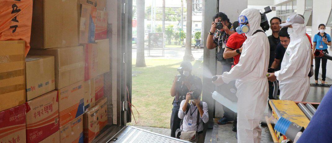 Thailändische Post-Mitarbeiter desinfizieren Pakete, Pressevertreter schauen zu: Morningstar-Mann Ali Masarwah ärgert sich über