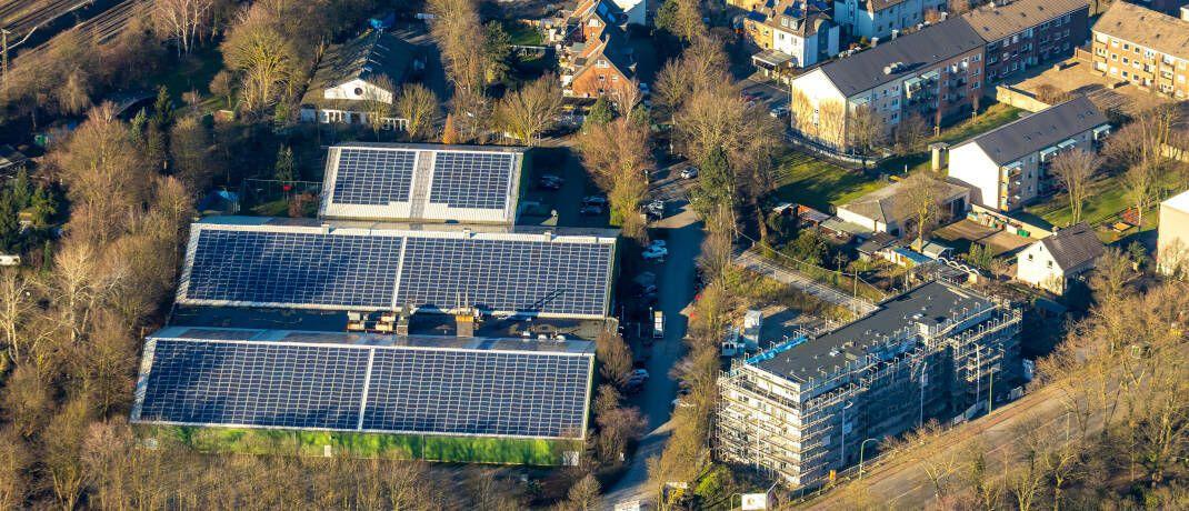 Solaranlage in Duisburg-Neudorf (Symbolbild): Auch deutsche Energieversorger geben grüne Anleihen aus, um Projekte für erneuerbare Energien zu finanzieren.|© imago images / Hans Blossey