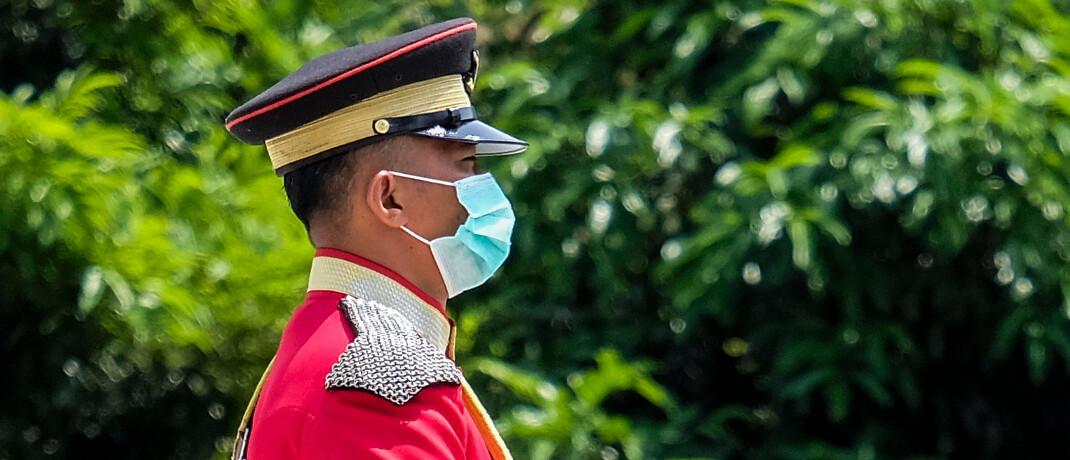 Mann in Uniform mit Maske: Coronavirus bestimmt die Nachrichten.|© Imago Images