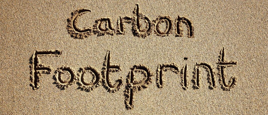 Schriftzug im Sand: Fidelity achtet bei Investitionen auf CO2-Emissionen. |© imago images / Panthermedia