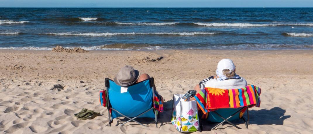 Rentner am Strand: Viele Europäer sorgen nicht für den Ruhestand vor.|© imago images / Rolf Zöllner