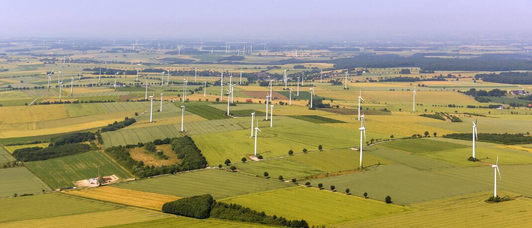 Windpark in Nordrhein-Westfalen: Über sogenannte Green Bonds soll Geld in nachhaltige Projekte fließen.|© imago images / blickwinkel
