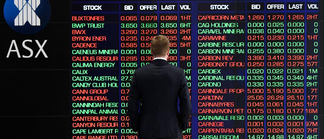 Mann vor einer Kurstafel an der australischen Börse am 9. März 2020: Auch australische Aktien erlebten einen schwarzen Montag.|© imago images / AAP / Bianca de Marchi