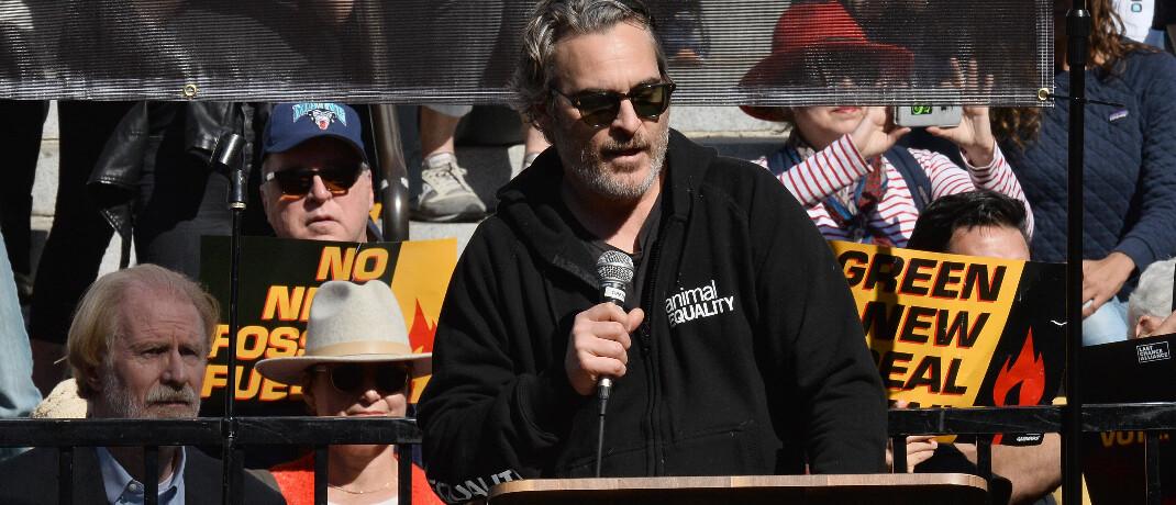 Hollywood-Schauspieler Joaquin Phoenix spricht vor Fracking-Gegnern auf einer öffentlichen Veranstaltung: Der Angriff der sogenannten Opec+ könnte der US-Fracking-Industrie sehr schaden und Gegnern und Umwelt in die Karten spielen.|© imago images / UPI Photo / Jim Ruymen