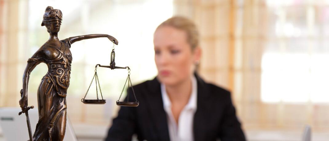Anwältin am Schreibtisch: Bei Rechtsfragen können sich BCA-Makler künftig an eine Anwaltsplattform wenden.|© imago images / McPHOTO