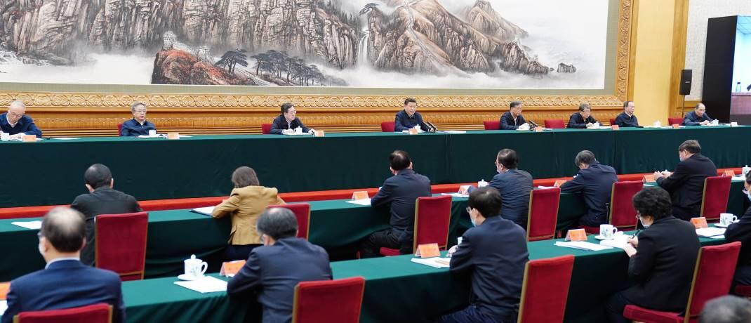 Krisenstab unter Vorsitz des chinesischen Präsidenten Xi Jinping in Peking: Die chinesische Regierung geht entschlossener gegen den Virus-Ausbruch vor als etwa die USA und Europa. |© imago images / Xinhua