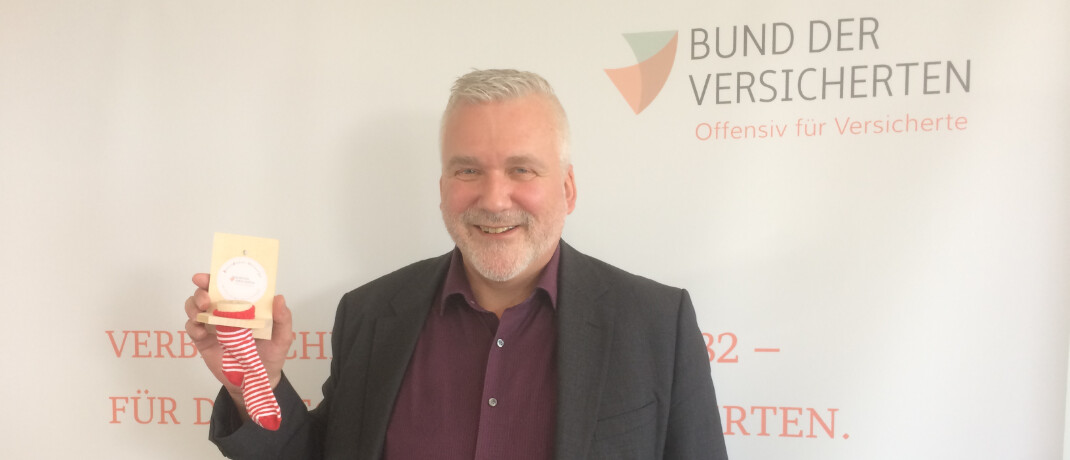 Axel Kleinlein: Der BdV-Vorstandssprecher mit einem Sparstrumpf, dem Symbol der neuen Basisdepot-Vorsorge © DAS INVESTMENT