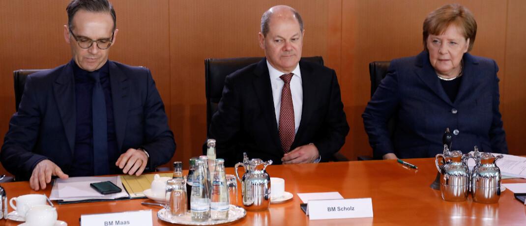 Bundeskanzlerin Angela Merkel mit Finanzminister Olaf Scholz und Außenminister Heiko Maas (v. re.): Das Bundeskabinett hat den Gesetzentwurf zur Bafin-Aufsicht über 34f-Vermittler beschlossen. |© image images / Metodi Popow