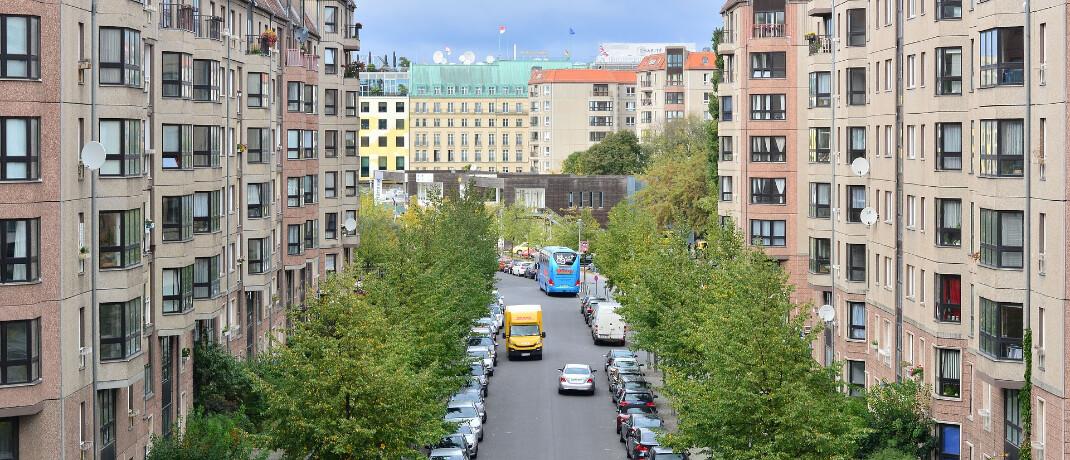 Straße mit Wohnhäusern in Berlin: Über den Mietendeckel wird nun vor Gerichten verhandelt.|© Pixabay