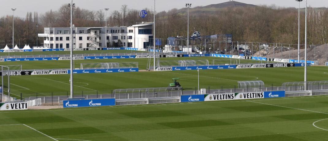 Leeres Trainingsgelände des Bundesliga-Vereins FC Schalke 04 in Gelsenkirchen: Die Corona-Krise kommt den Profi-Fußballvereinen teuer zu stehen|© imago images / Team 2