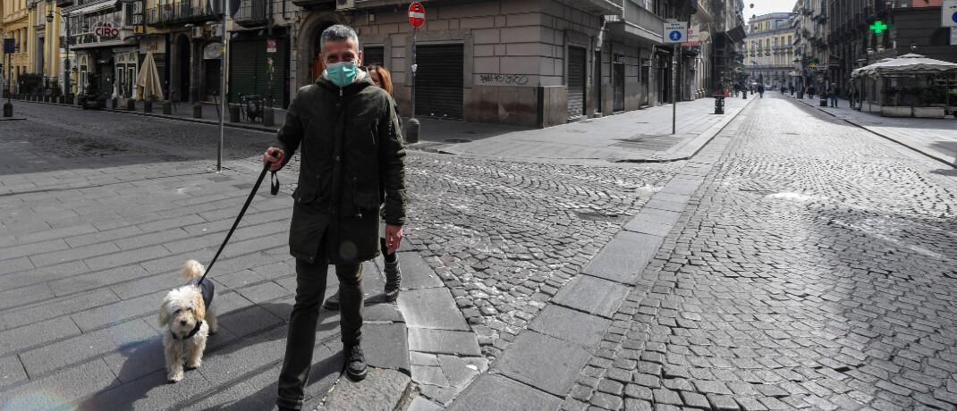 Menschenleere Straßen in Neapel: Für Italien, das in Europa am stärksten von der Corona-Pandemie betroffen ist, stellt der Generali-Hilfsfonds bis zu 30 Millionen Euro zur Verfügung. © imago images / Independent Photo Agency Int.