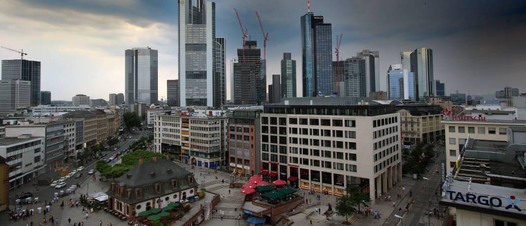 Unwetter über Frankfurt am Main: In turbulenten Zeiten bringen Panikverkäufe Anleger nicht weiter.  © imago images / Ralph Peters