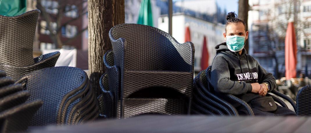 Geschlossenes Straßencafé in Köln: Die EZB will mit einer Milliardenspritze helfen, den wirtschaftlichen Schaden durch das Coronavirus zu begrenzen.|© imago images / Future Image / C. Hardt