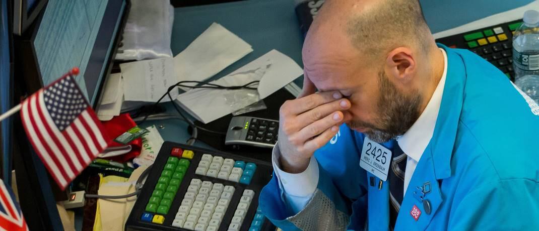 Erschöpfter Aktienhändler an der New Yorker Börse: Eine globale Rezession könnte drohen.|© imago images / Xinhua