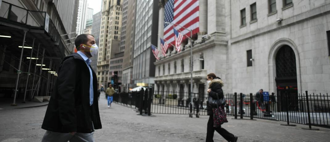 Passanten mit Atemschutz vor der New Yorker Börse am 18. März 2020: Holger Schmitz ist überzeugt, dass die Finanzmärkte ihre aktuellen Verluste schnell wieder aufholen können. |© imago images / ZUMA Wire